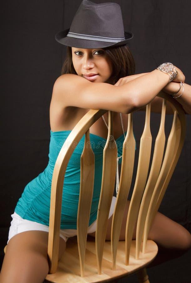 Mujer triguena joven atractiva imagen de archivo libre de regalías
