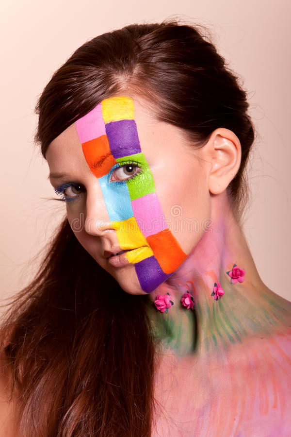 Mujer triguena joven con maquillaje colorido fotografía de archivo libre de regalías