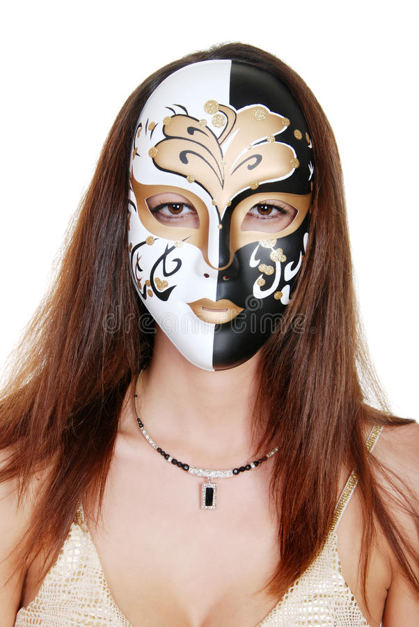 Mujer triguena que desgasta una máscara imagenes de archivo