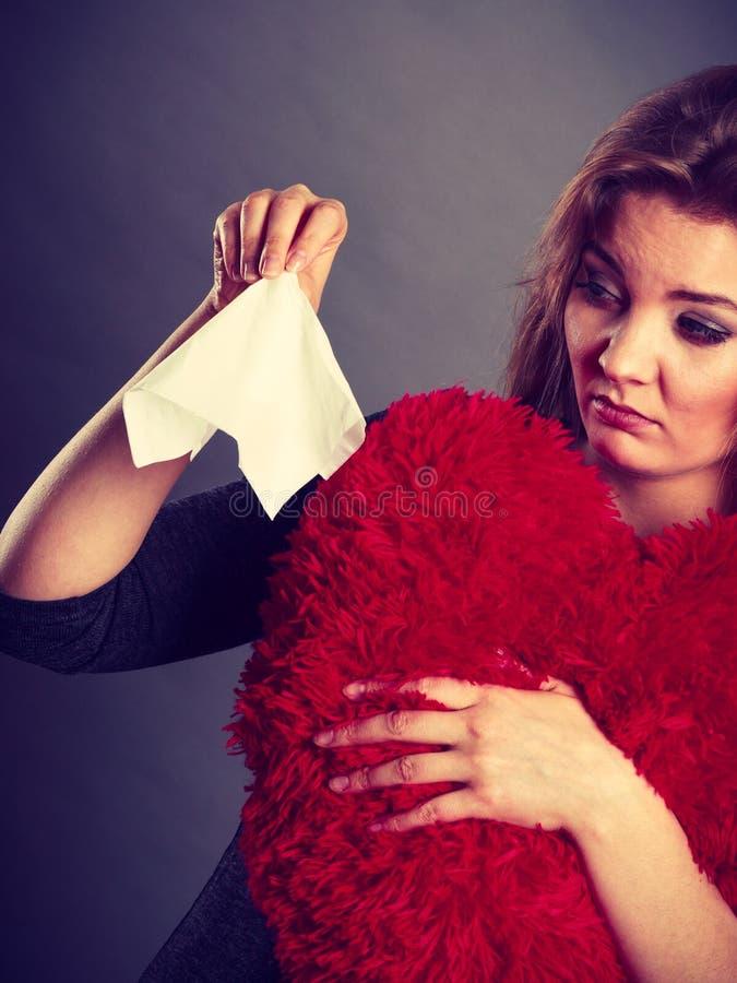 Mujer triste, afligida que llora teniendo depresión foto de archivo