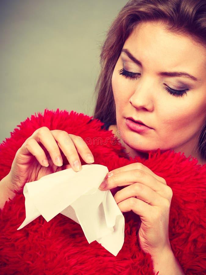 Mujer triste, afligida que llora teniendo depresión imagen de archivo libre de regalías