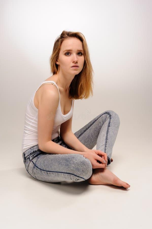 Mujer triste atractiva en piso fotos de archivo libres de regalías