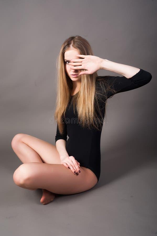 Mujer triste atractiva en traje gimnástico fotos de archivo