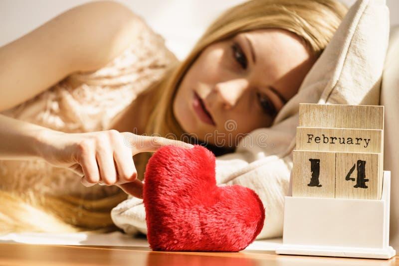 Mujer triste durante día de tarjetas del día de San Valentín fotos de archivo