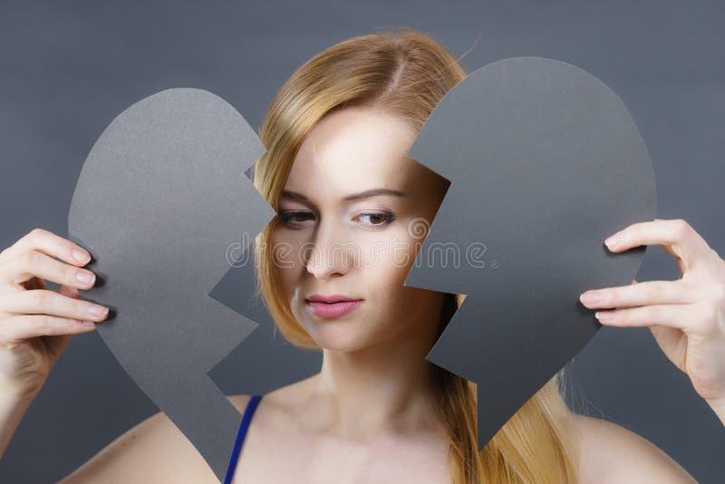 Mujer triste joven cubierta por el coraz?n quebrado fotos de archivo libres de regalías