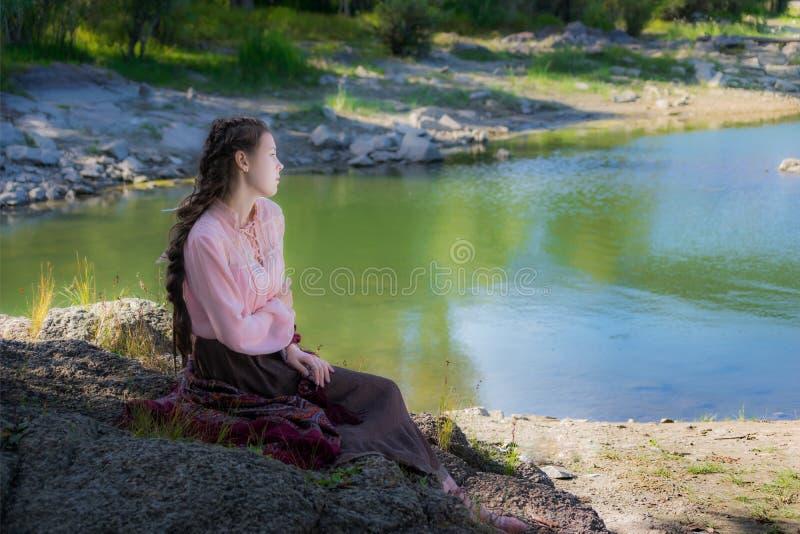 Mujer triste joven hermosa, vestida en el estilo de Boho imagenes de archivo