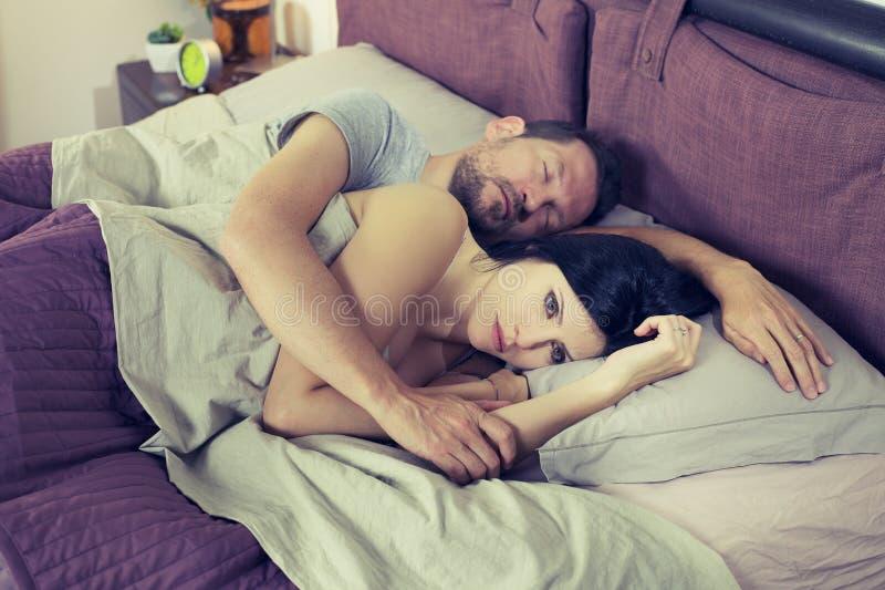 Mujer triste no capaz de dormir estilo retro del problema de la relación fotografía de archivo