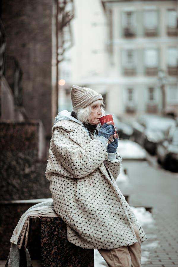 Mujer triste triste que intenta mantener caliente fotografía de archivo libre de regalías