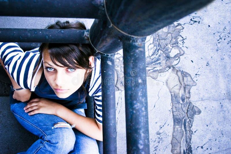 Mujer triste que mira para arriba fotografía de archivo