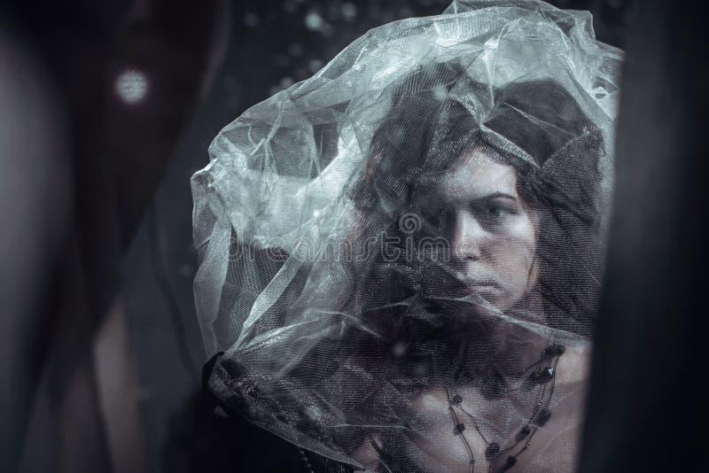 Mujer triste sola en la imagen foto de archivo
