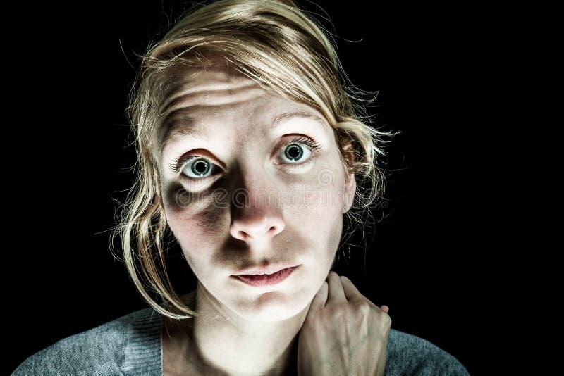 Mujer triste y de la desesperación insomne que necesita ayuda foto de archivo