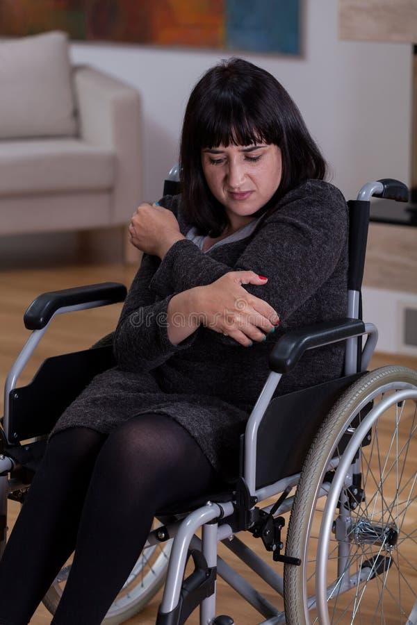 Mujer triste y sola en la silla de ruedas imagenes de archivo