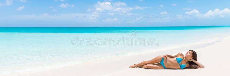 Mujer tropical de las vacaciones de la playa de Paradise que se relaja foto de archivo libre de regalías