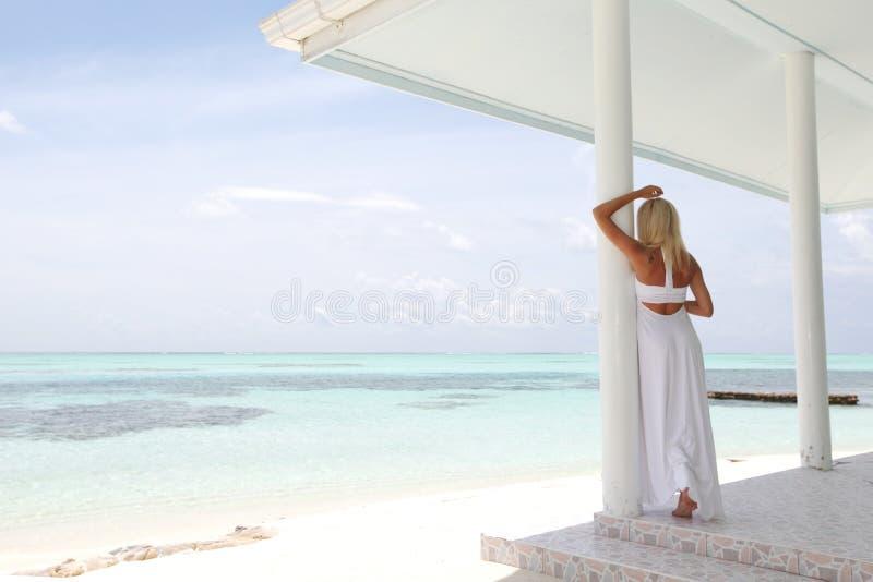 Mujer tropical en el mirador foto de archivo libre de regalías