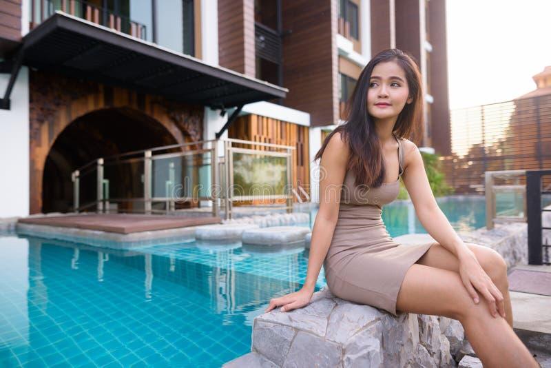 Mujer turística asiática hermosa joven que explora en Tailandia fotos de archivo
