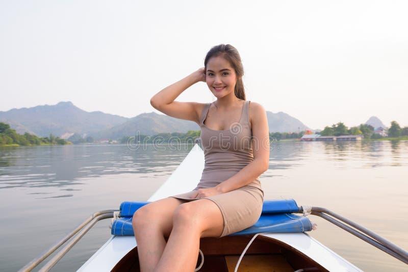 Mujer turística asiática hermosa joven que viaja con el barco en Tailandia imagenes de archivo
