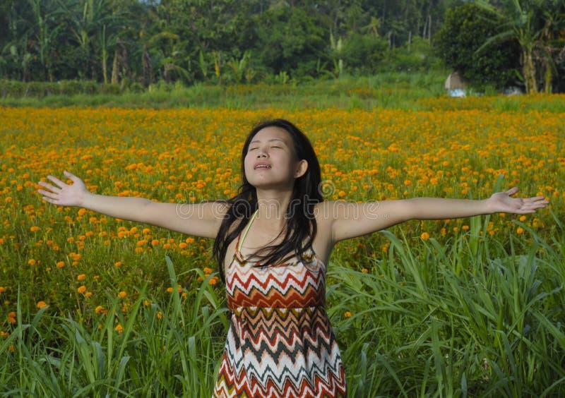 Mujer turística china asiática joven que disfruta de la abertura relajada sus brazos libremente a la vista de un paisaje hermoso  fotos de archivo libres de regalías