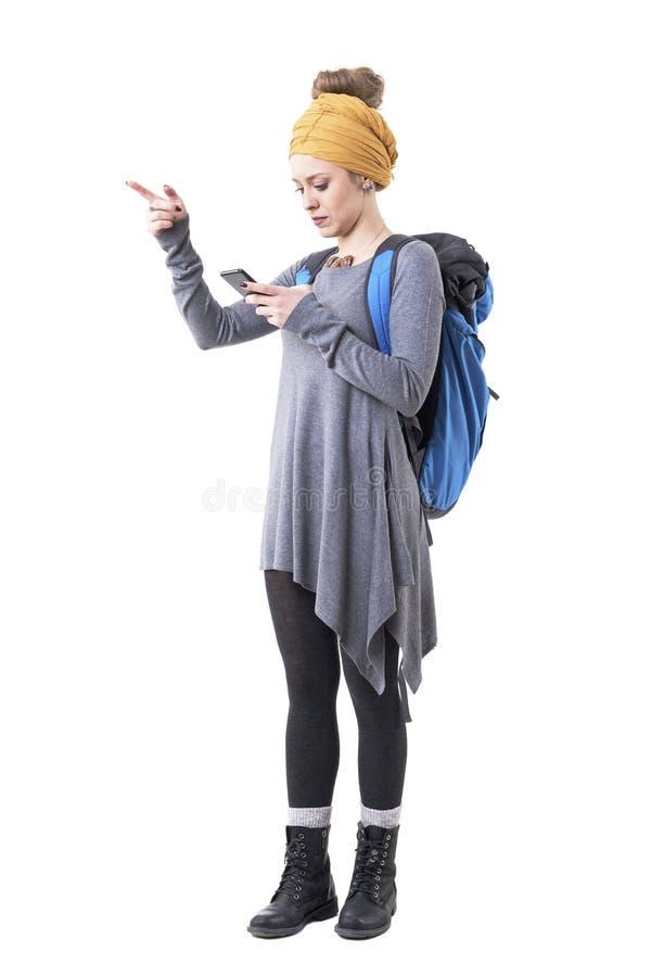 Mujer turística del inconformista joven perdido serio que busca la dirección en el app de la navegación del teléfono móvil fotos de archivo
