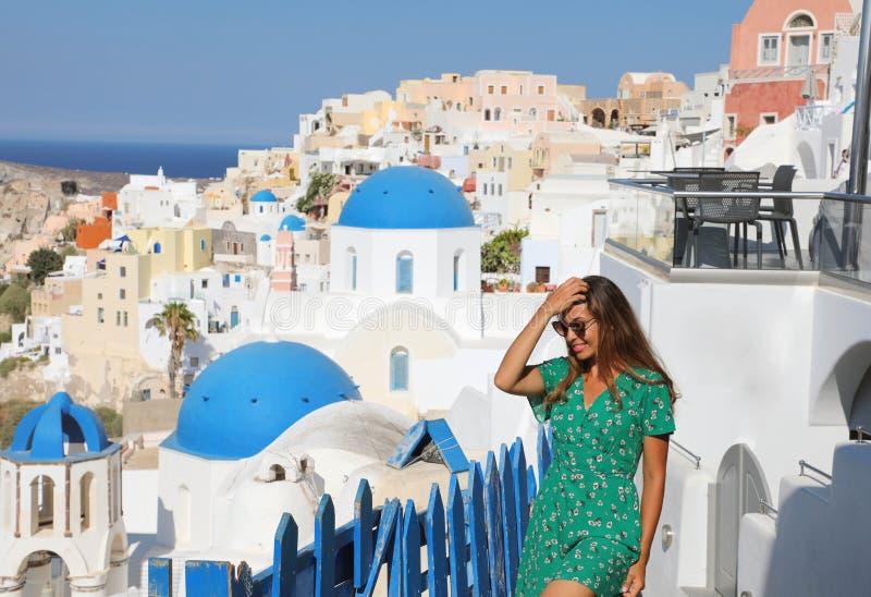 Mujer turística del viaje de Santorini de vacaciones en Oia que camina en sta imágenes de archivo libres de regalías