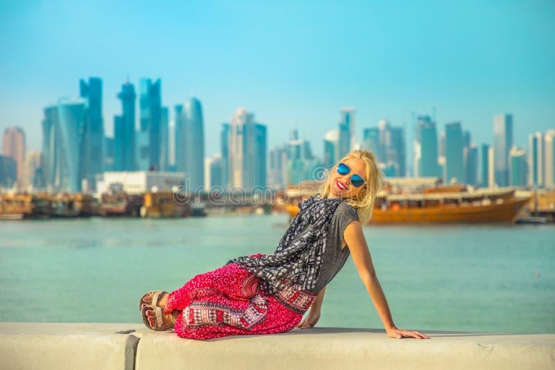 Mujer turística en Doha Corniche imagen de archivo