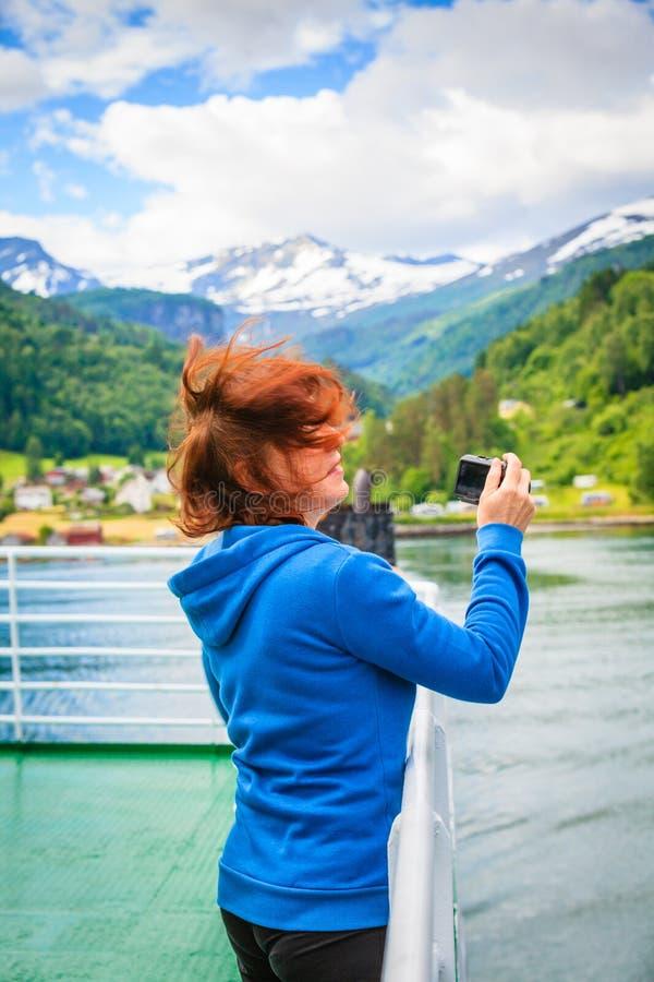 Mujer turística en el trazador de líneas que toma la foto, Noruega fotos de archivo