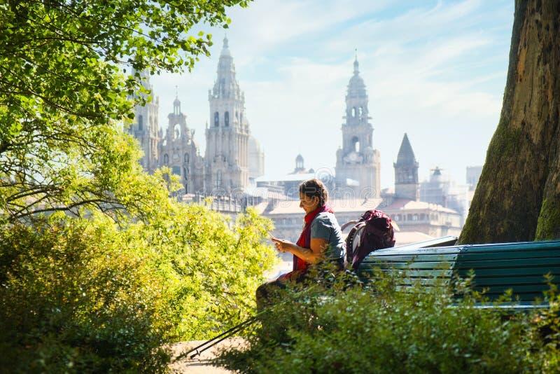 Mujer Turística En Peregrinación En Santiago De Compostela Con Teléfono fotos de archivo