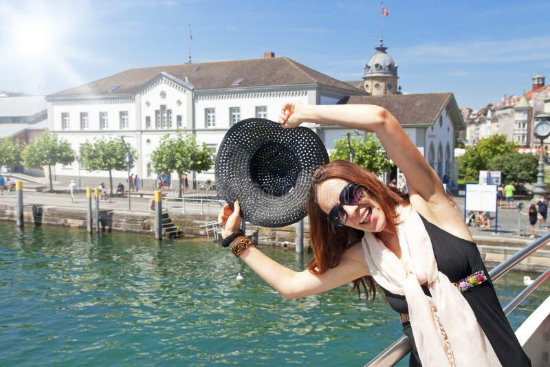 Mujer turística feliz imagen de archivo