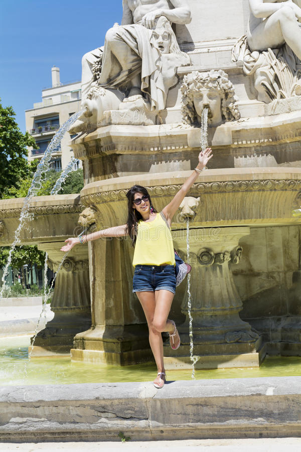Mujer turística hermosa que presenta para la foto con los brazos abiertos fotos de archivo libres de regalías
