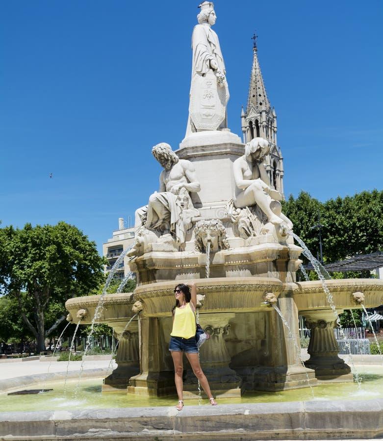 Mujer turística hermosa que presenta para la foto con los brazos abiertos foto de archivo libre de regalías