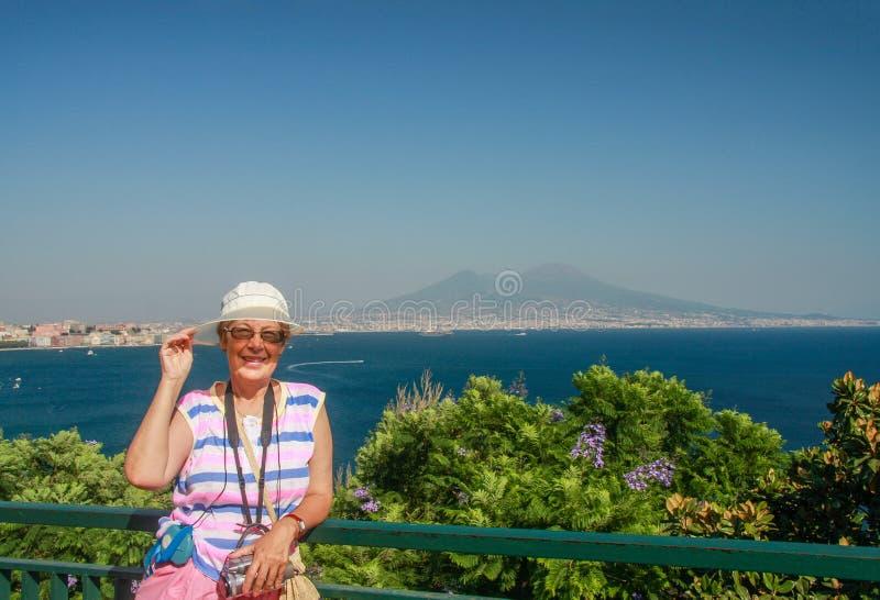 Mujer turística madura feliz en el fondo de la bahía de Nápoles foto de archivo libre de regalías