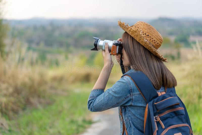 Mujer turística que toma la foto con su cámara en naturaleza imagen de archivo libre de regalías