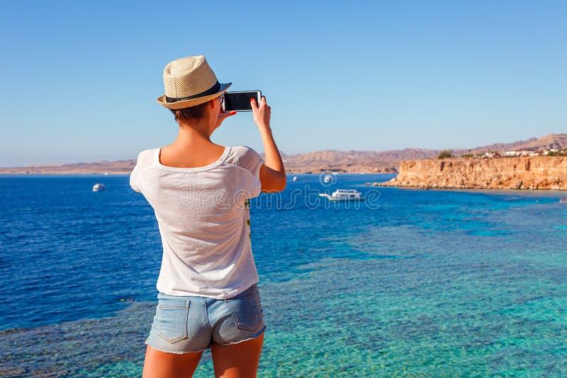 Mujer tur?stica en la playa soleada del centro tur?stico en la costa del Mar Rojo en Sharm el Sheikh, Sina?, Egipto, Asia en el v fotos de archivo