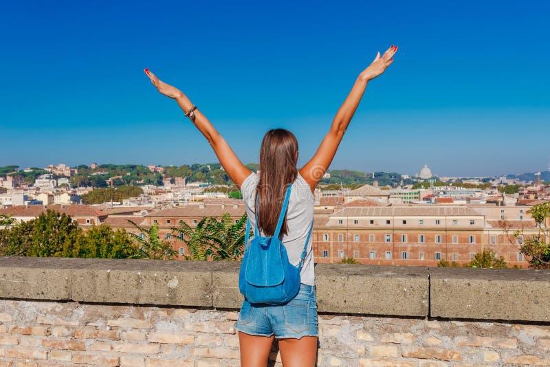 Mujer tur?stica joven y paisaje de Roma hermosa de la colina de Aventine con un cielo azul y un d?a soleado claros Turista famoso foto de archivo libre de regalías