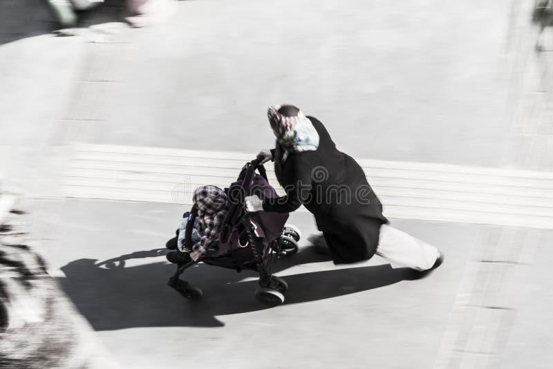 Mujer turca que camina en la calle fotos de archivo libres de regalías