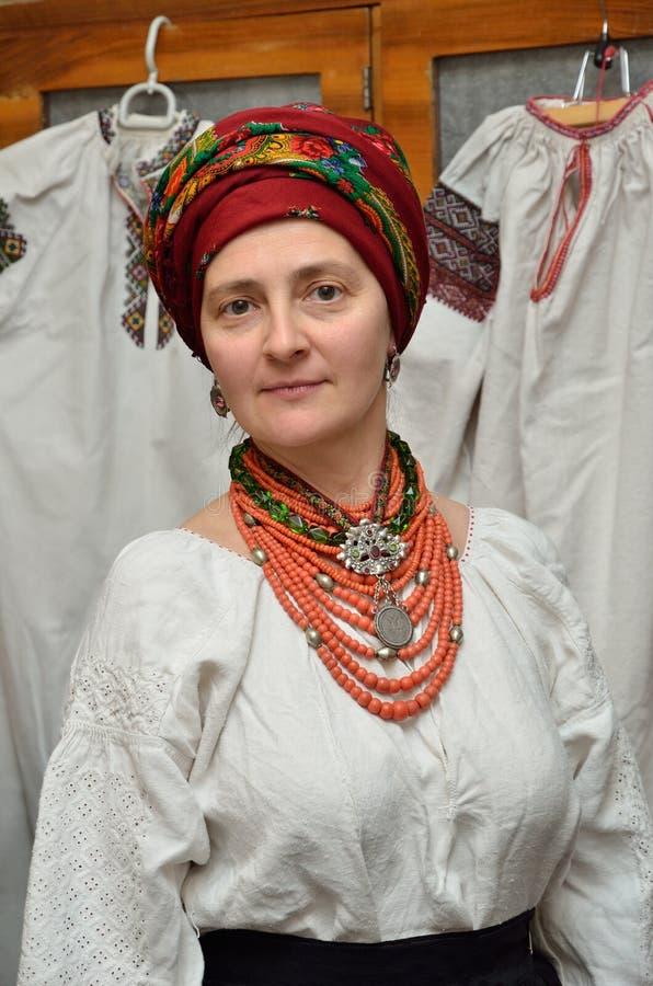 Mujer ucraniana en la ropa tradicional fotos de archivo
