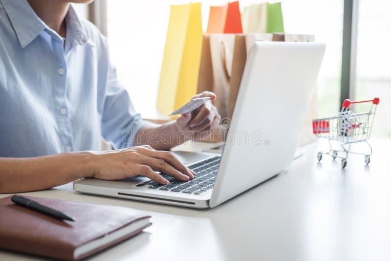 Mujer usando el código de seguridad del registro de la tarjeta de crédito y los pagos mercado en línea de la conexión de red de l imagen de archivo libre de regalías