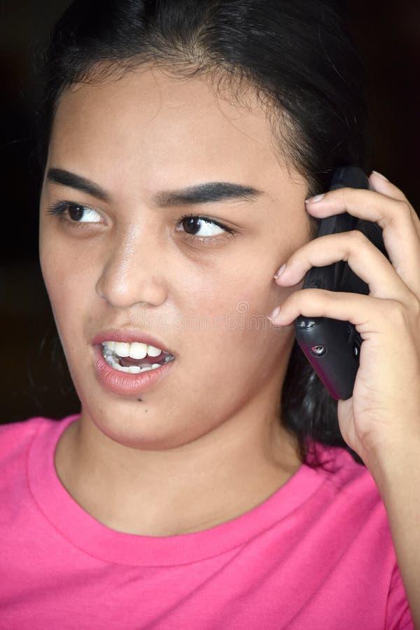 Mujer usando el teléfono celular e infeliz diversos imagenes de archivo