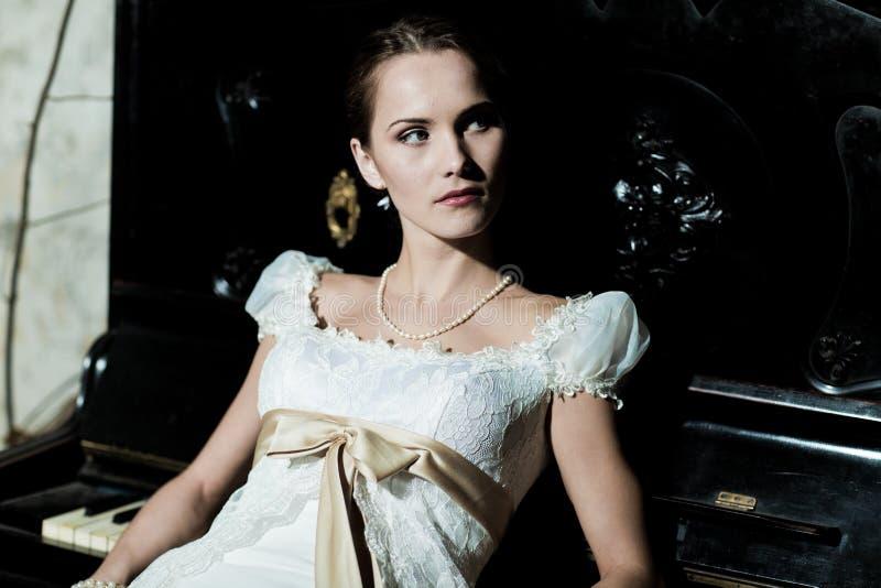Mujer vestida como novia imagen de archivo