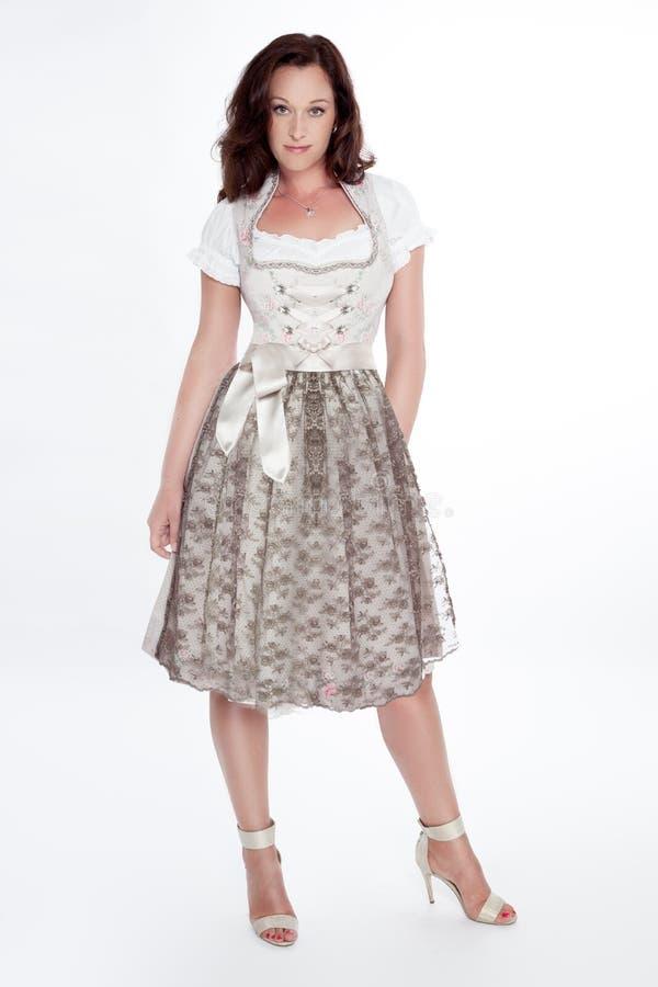 Mujer vestida con un Dirndl foto de archivo