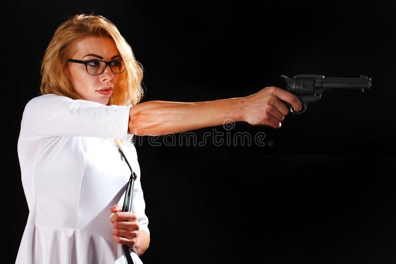 Mujer vestida en blanco con el arma imagen de archivo