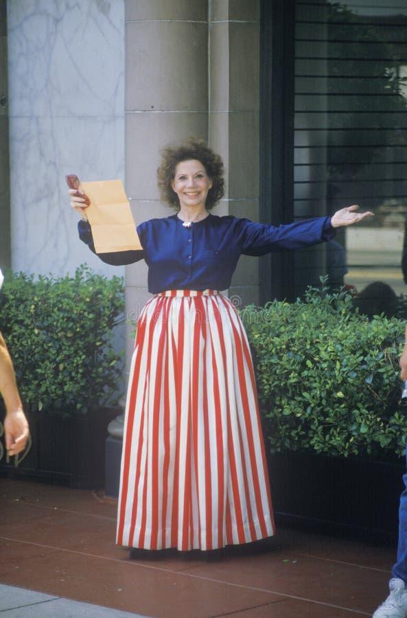 Mujer vestida en colores de la bandera americana, Los Ángeles, California foto de archivo