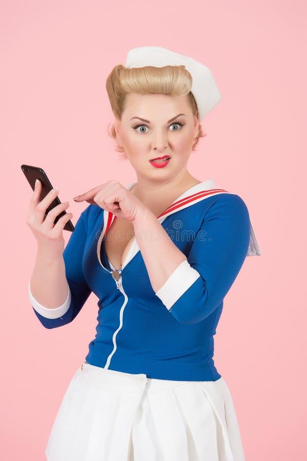 Mujer vestida vintage infeliz al mensaje recibido La muchacha rubia pide ayudarle con SMS recibido foto de archivo