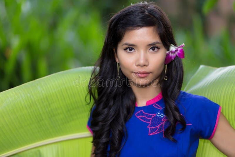 Mujer vietnamita joven bastante seria foto de archivo libre de regalías