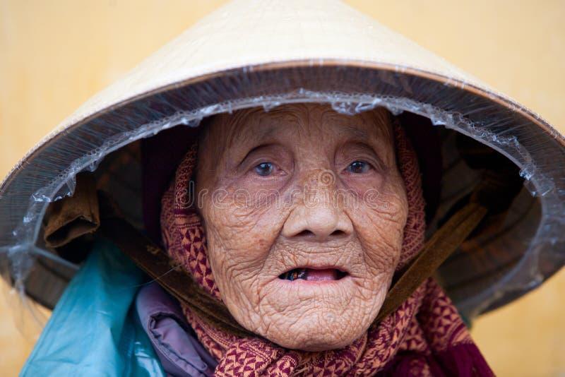 Mujer vietnamita mayor imagenes de archivo