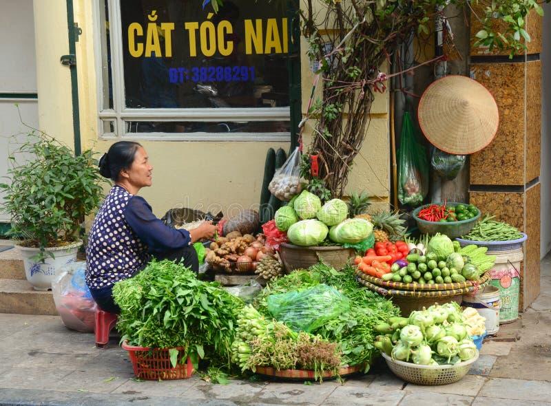 Mujer vietnamita que vende verduras frescas fotografía de archivo