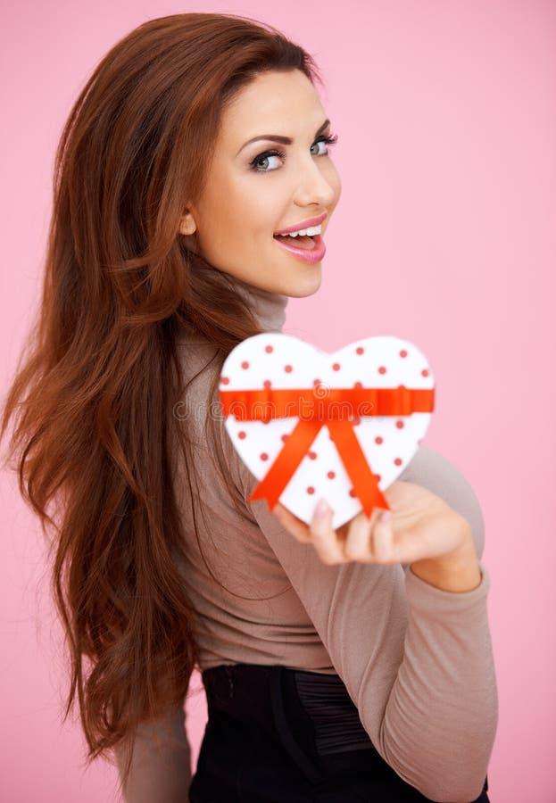 Mujer vivaz con el regalo de la tarjeta del día de San Valentín imagen de archivo libre de regalías