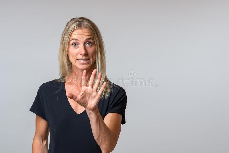 Mujer vociferante persuasiva que habla y que gesticula fotografía de archivo