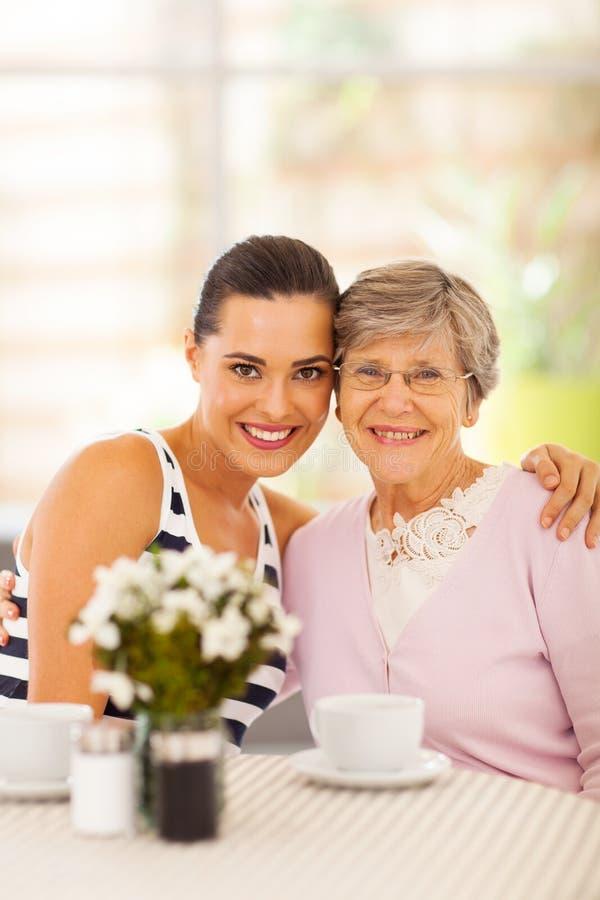 Mujer Y Abuela Imagen de archivo libre de regalías