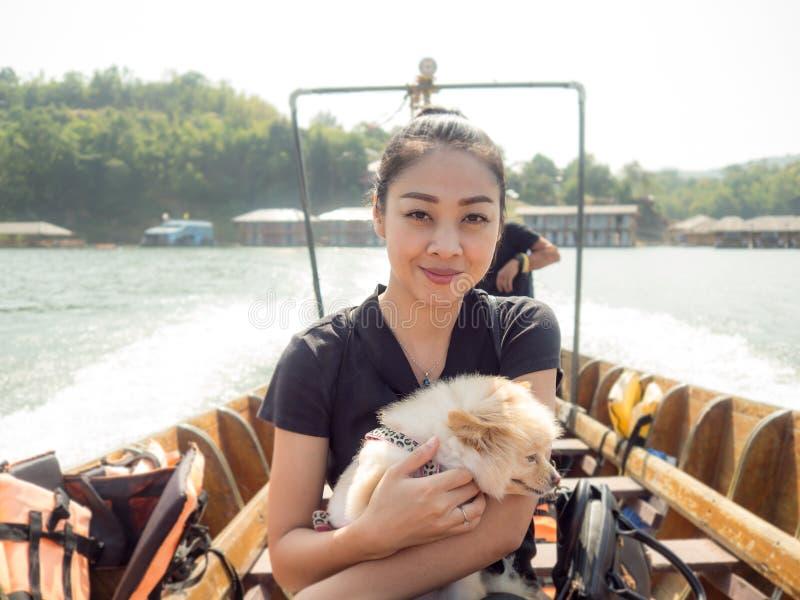 Mujer y animal doméstico que viajan en barco foto de archivo libre de regalías