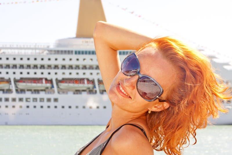 Mujer y barco de cruceros sonrientes en fondo imagenes de archivo
